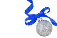 Weihnachtssilberne Kugel mit blauem Farbband stockbild