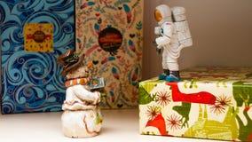 Weihnachtssitzung mit einem Schneemann und einem Astronauten stockfotos