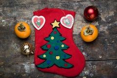 Weihnachtssocke in der Mitte mit Dekoration Stockfotos