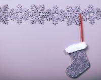 Weihnachtssocke, die am sauberen Hintergrund hängt Lizenzfreie Stockfotos