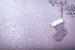 Weihnachtssocke, die am sauberen Hintergrund hängt Stockbilder