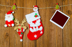 Weihnachtssocke für Geschenke und ein leerer Bilderrahmen auf einem hölzernen Stockfotos