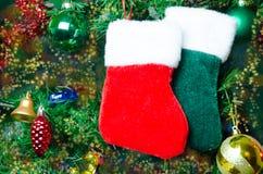 Weihnachtssocken auf dem Baum Stockbild