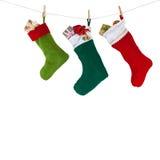 Weihnachtssocken, die am Seil mit hängen Lizenzfreies Stockfoto