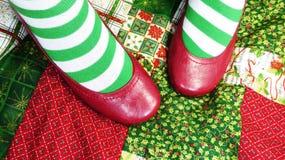 Weihnachtssocken und rote Schuhe lizenzfreies stockbild