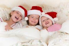 Weihnachtsspaß im Bett Stockfotos