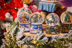 Weihnachtsspielt glasschnee-Ballkugel mit dem neuen Jahr Dekorationen lizenzfreies stockbild