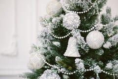 Weihnachtsspielwaren auf dem Baum Hintergrund des neuen Jahres Lizenzfreies Stockfoto