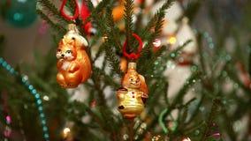 Weihnachtsspielwaren auf dem Weihnachtsbaum stockfotos