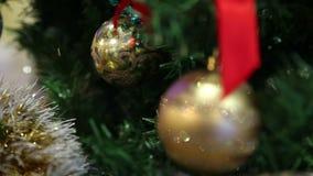 Weihnachtsspielwaren auf dem Weihnachtsbaum stock video footage