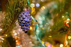 Weihnachtsspielwaren auf dem Weihnachtsbaum Lizenzfreie Stockbilder