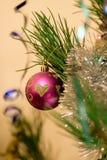 Weihnachtsspielwaren auf dem Weihnachtsbaum Stockbild