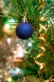 Weihnachtsspielwaren auf dem Weihnachtsbaum Stockfotografie