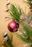 Weihnachtsspielwaren auf dem Weihnachtsbaum Lizenzfreie Stockfotos