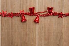 Weihnachtsspielwaren auf einem Holztisch Lizenzfreie Stockfotografie