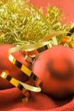 Weihnachtsspielwaren auf einem Rot stockbilder