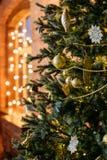 Weihnachtsspielwaren auf einem Weihnachtsbaum lizenzfreie stockfotografie