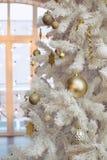 Weihnachtsspielwaren auf einem Weihnachtsbaum lizenzfreies stockbild
