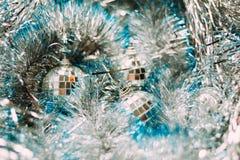 Weihnachtsspielwaren auf silbernem Lametta Lizenzfreies Stockfoto