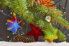 Weihnachtsspielwaren des Feldes HDR auf dem Baum mit einem unscharfen backgroun Lizenzfreies Stockbild