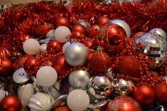 Weihnachtsspielwaren, die auf der Couch in der Mischung liegen lizenzfreie stockfotos