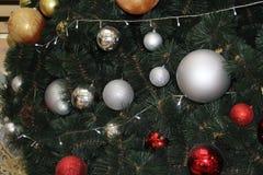 Weihnachtsspielwaren, die am Weihnachtsbaum hängen Stockbilder