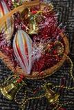 Weihnachtsspielwaren in einem Weidenkorb Lizenzfreie Stockbilder