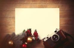 Weihnachtsspielwaren mit Tannenbaumniederlassung und -kamera Stockfoto