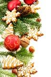 Weihnachtsspielwaren, Tannenzweige und Ingwerbiskuite. Lizenzfreies Stockfoto
