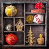 Weihnachtsspielwaren und -dekorationen in einem hölzernen Behälter der Weinlese Stockbilder