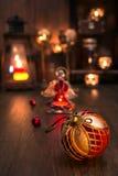 Weihnachtsspielwaren und -kerzen auf Weinleseküche Stockfotos