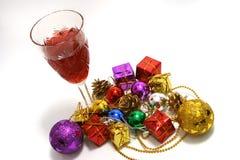 Weihnachtsspielwaren und -wein Lizenzfreie Stockfotos