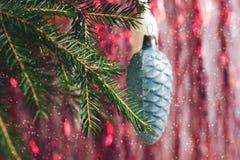 Weihnachtsspielzeug auf dem Weihnachtsbaum mit fallendem Schnee Lizenzfreie Stockfotos