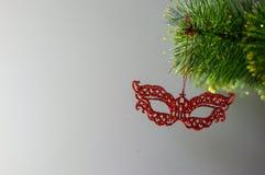 Weihnachtsspielzeug auf einem einzelnen Zweig Weihnachtsbaum Lizenzfreie Stockbilder