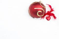 Weihnachtsspielzeug auf weißem Schnee Lizenzfreie Stockfotografie
