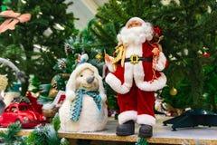 Weihnachtsspielzeug, das Schnee-Mädchen nahe bei Santa Claus stockfotografie