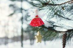 Weihnachtsspielzeug in der Form der Puppe auf Baum Lizenzfreie Stockfotografie