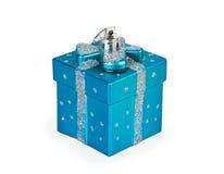 Weihnachtsspielzeug in Form eines blauen Geschenks Stockfotos