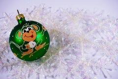 Weihnachtsspielzeugdekoration auf Hintergrundschneeflocken (Jahr des M Lizenzfreies Stockfoto