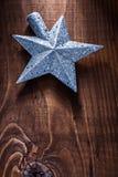 Weihnachtsspielzeugstern für Tannenbaum auf altem hölzernem Hintergrund Stockfotografie
