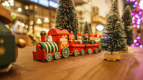 Weihnachtsspielzeugzug und neues Jahr der glücklichen Zeit Stockbild