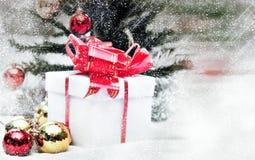 Weihnachtsspiritus mit Schnee lizenzfreie stockfotografie