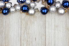 Weihnachtsspitzengrenze von blauen und silbernen Verzierungen auf grauem Holz lizenzfreie stockbilder
