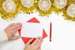 Weihnachtsspott herauf - weibliche Hände auf einem leeren Buchstaben und ein Stift und festlichen Dekorationen stockbilder