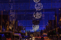 Weihnachtsstadtlichter über Straßenverkehr Stockfotos