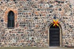 Weihnachtsstern über einer alten Klostertür, Zinna, Deutschland lizenzfreies stockfoto