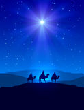 Weihnachtsstern auf blauem Himmel und drei weisen Männern Lizenzfreies Stockbild