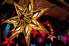 Weihnachtsstern auf dem Weihnachtsmarkt Stockfotos