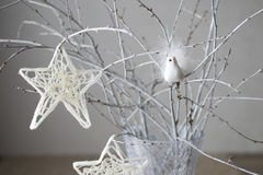 Weihnachtsstern, der an der Niederlassung hängt Stockfoto