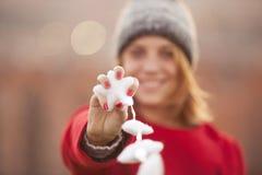 Weihnachtsstern mit magischem Beleuchtungsgriff durch eine Frau Lizenzfreie Stockbilder